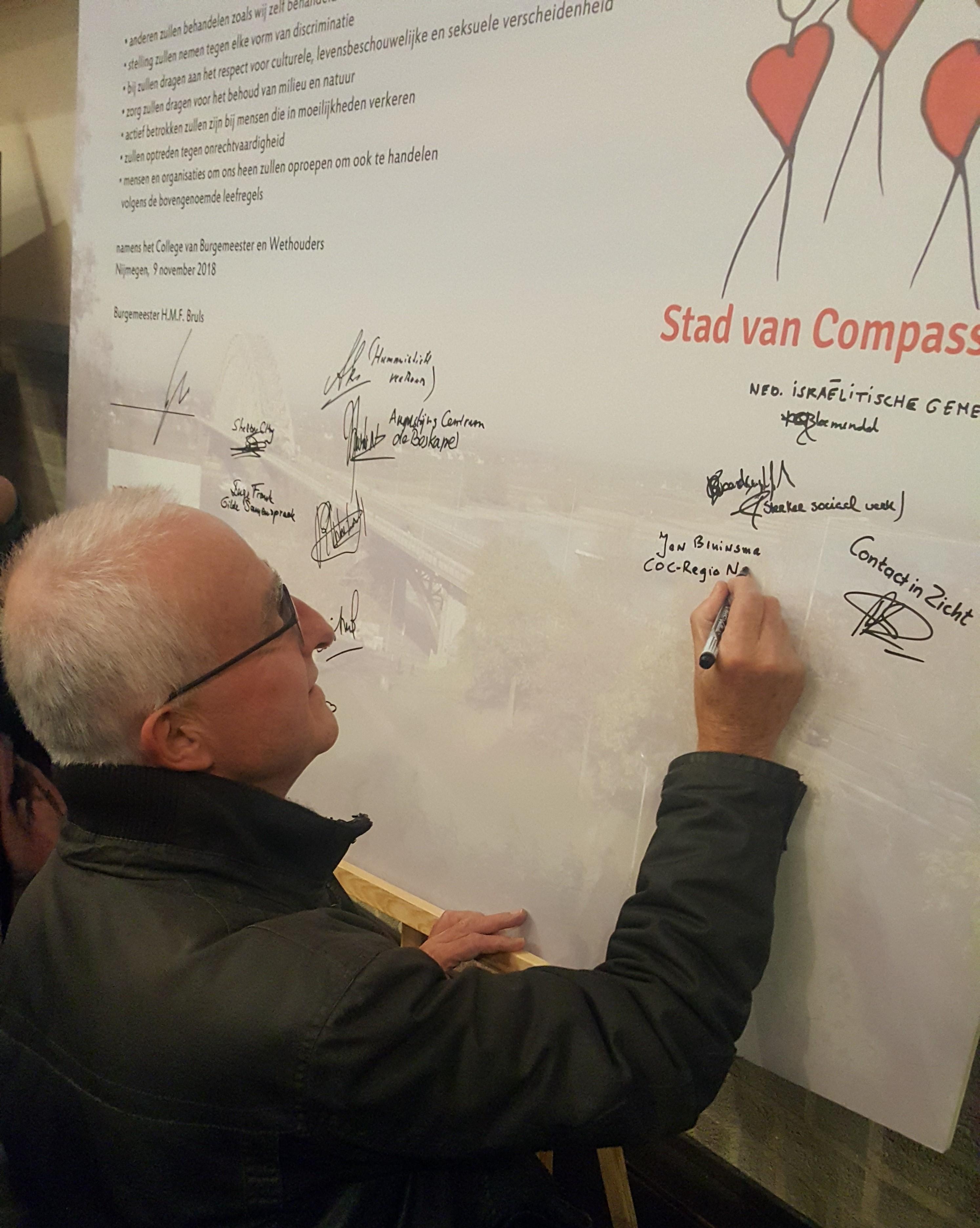 Burgemeester Bruls ondertekend handvest 'Nijmegen, stad van compassie'